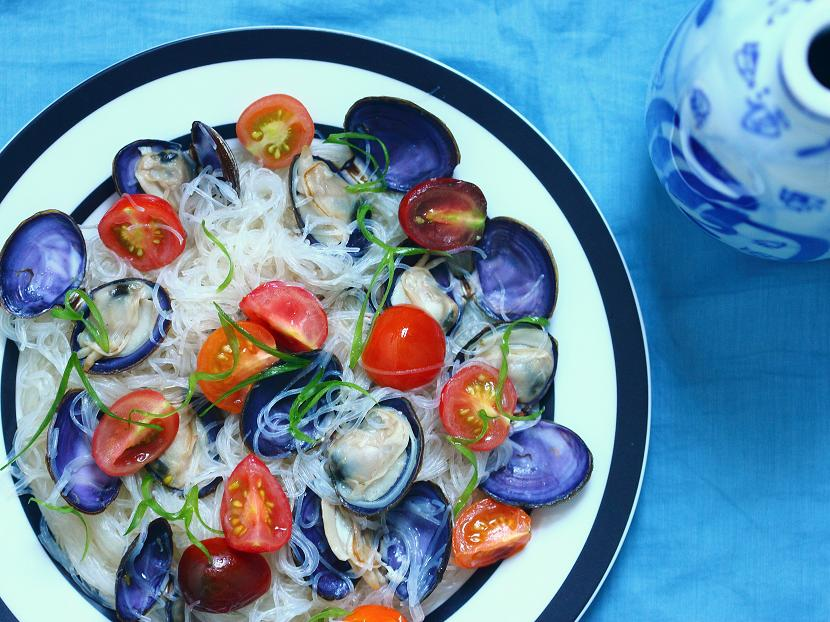 Clams with cellophane noodles and cherry tomatoes