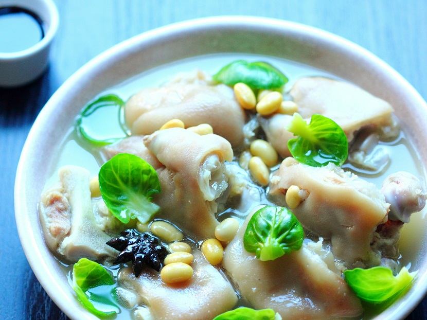 Pig's feet and soybean soup