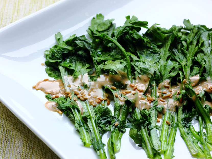 Chrysanthemum green salad with sesame sauce