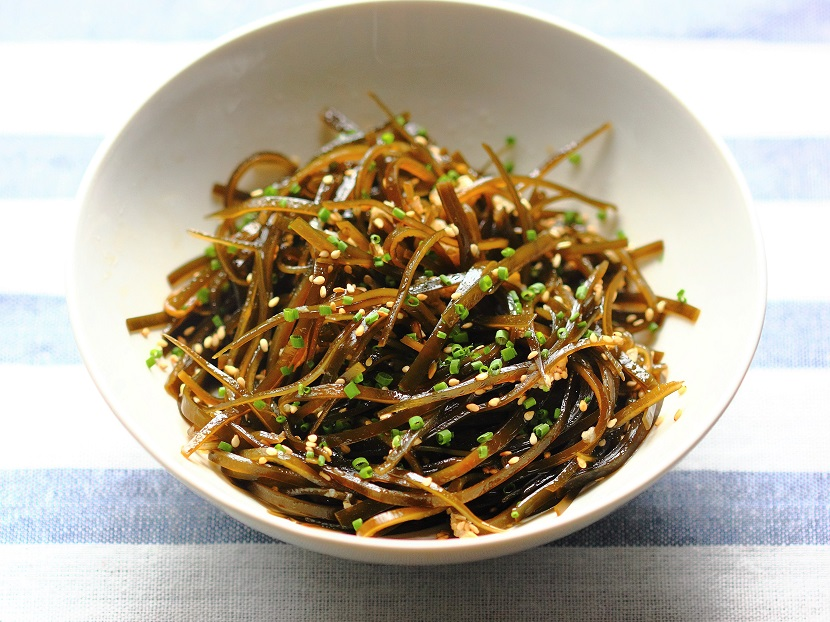 Kelp salad with garlic oil and sesame seeds